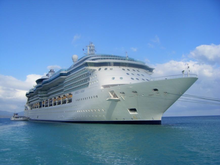 Jewel_of_the_Seas_in_Labadee