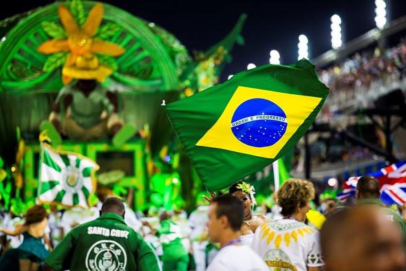 El #Carnaval oficial de #Río va desde el viernes al miércoles anteriores al comienzo de la Cuaresma.  La mayor atracción de esta fiesta son los Desfiles de Samba en el Sambódromo, pero durante estos días también se celebran numerosas fiestas en las calles, Bailes de Carnaval y muchos otros acontecimientos. Si deseas disfrutar de unas vacaciones en Río durante estos días, debe planificar el viaje con antelación con el fin de vivir lo mejor de la cultura brasileña. (Las fechas del desfile de Carnaval este año son desde el Viernes 9 de febrero al Sábado 17 de febrero de 2018.) #viajesequinoccio